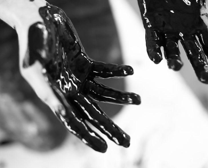 Hände in Farbe getaucht