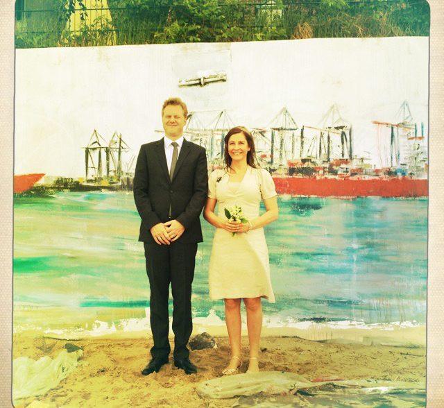 Hochzeitspaar vor dem Hafengemälde