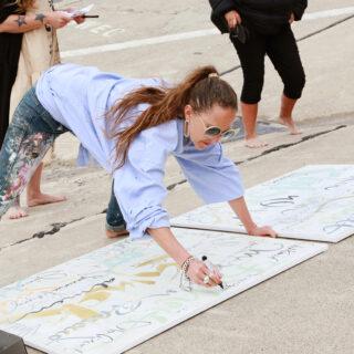 Kalligraphie-Performance am Sylter Strand